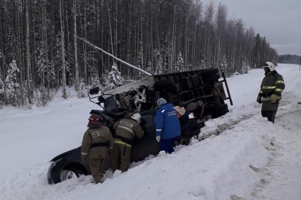 """В аварии погибли двое мужчин 22 и <nobr class=""""_"""">25 лет</nobr>, а также <nobr class=""""_"""">22-летняя</nobr> девушка. Их тела из машины доставали спасатели"""
