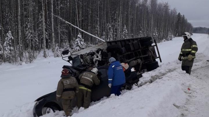 Трое молодых людей погибли в столкновении Toyota с грузовиком в Архангельской области