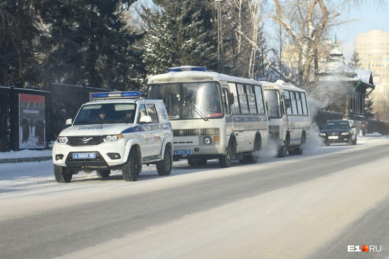 Автобусы полиции на улице Толмачева