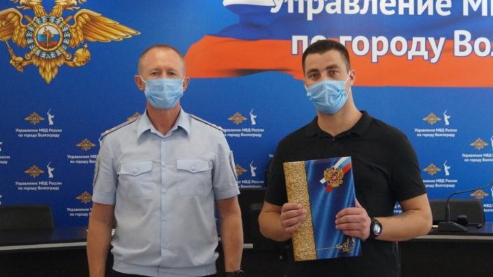 В Волгограде полиция наградила мужчин, поймавших подозреваемого в изнасиловании 14-летней девочки