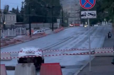 В центре Уфы такси провалилось в огромную яму на дороге