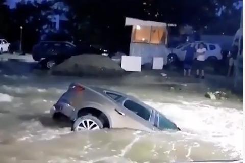 В Ростове машина утонула на парковке после очередного затопления Орбитальной