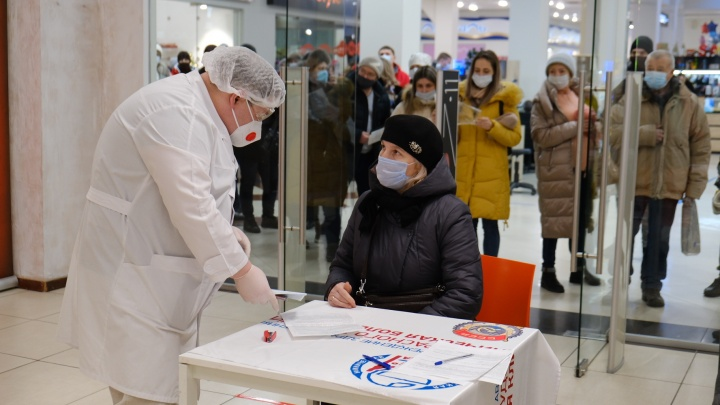 В челябинских ТРК выстроились огромные очереди на сдачу бесплатного теста на коронавирус