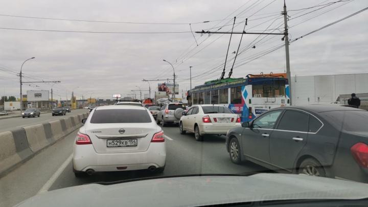 «Уже час стоим»: на Димитровском мосту образовалась пробка в 8 баллов