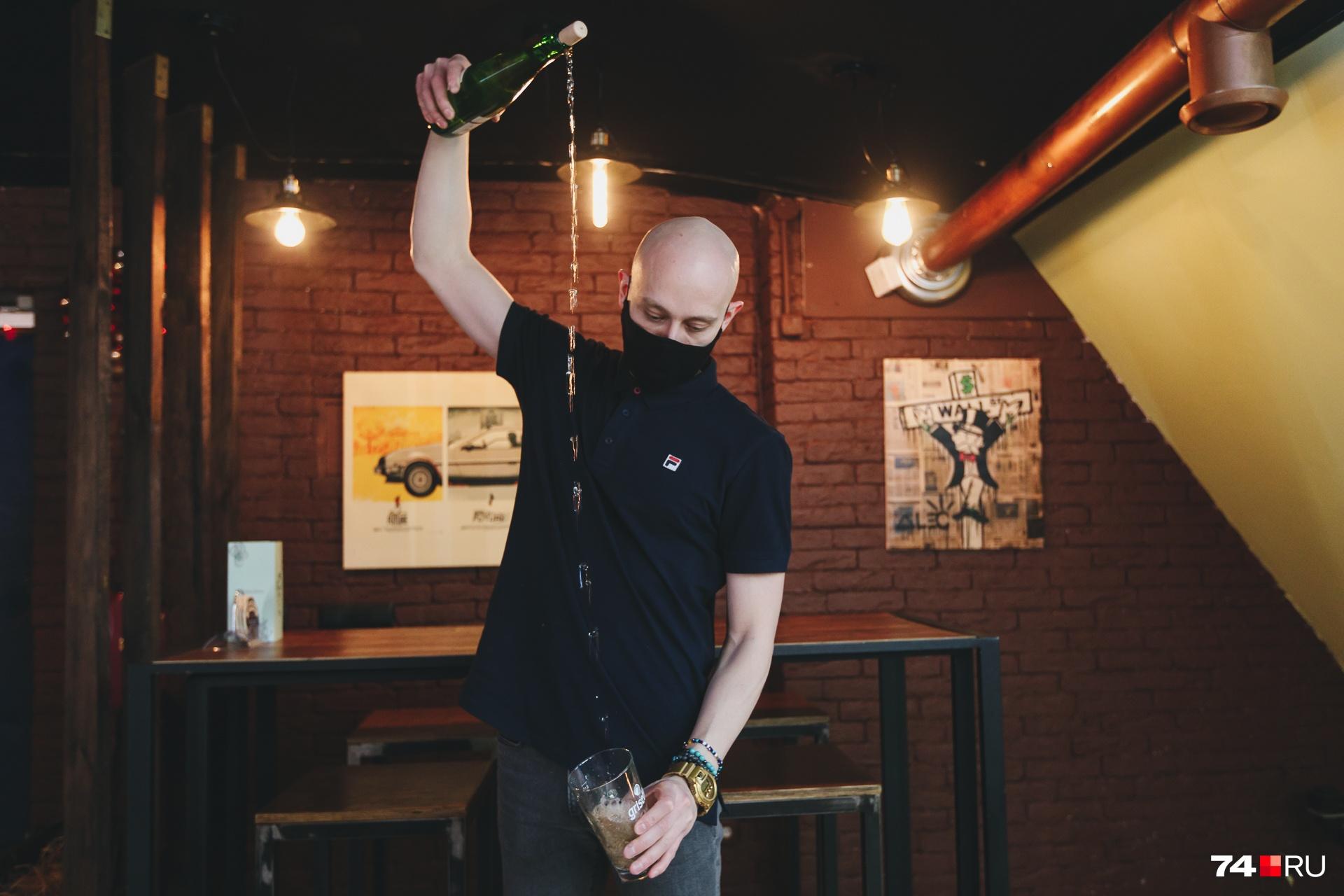 У ценителей яблочного напитка есть особый ритуал: наливать его, подняв бутылку как можно выше