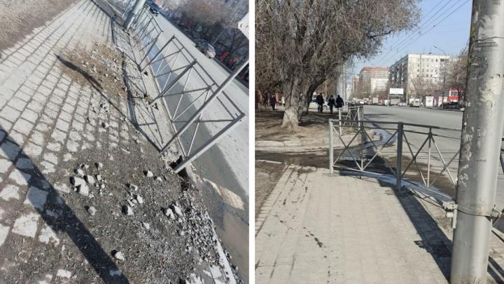 В мэрии Новосибирска объяснили, почему поставили забор в снег и оставили огромные ямы на тротуаре