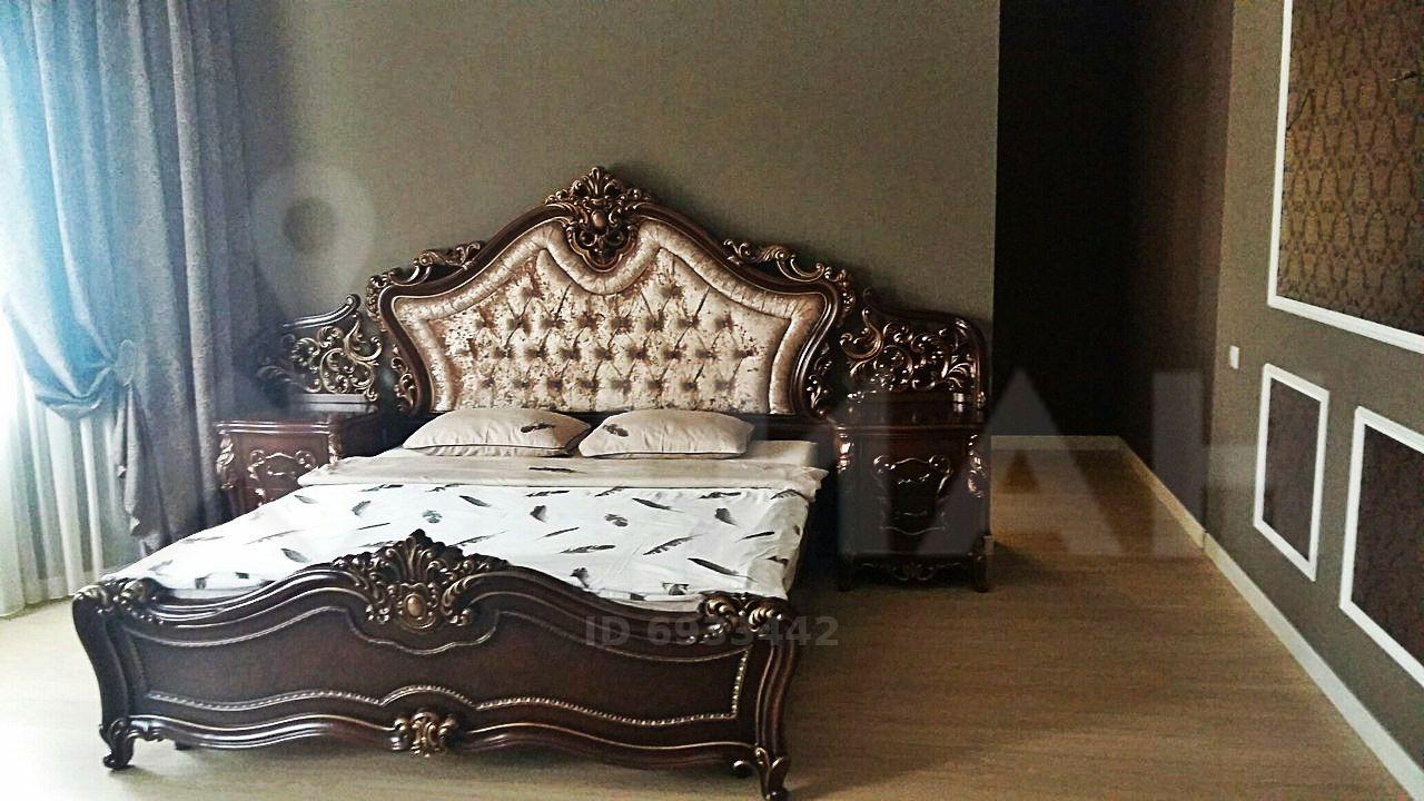 Массивная кровать с мягкой спинкой