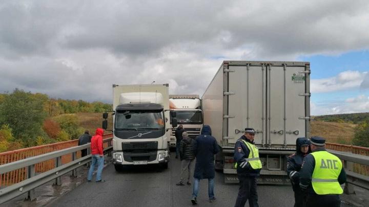 В Башкирии на трассе М-5 столкнулись три грузовика и иномарка