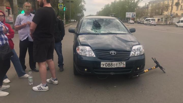 «Всё лобовое разбито»: в Челябинске иномарка сбила мужчину на арендованном электросамокате