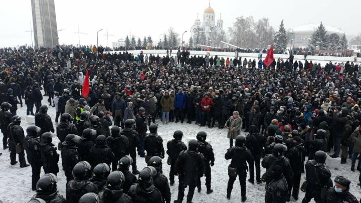 Сторонники Навального в Самаре подошли к зданию правительства области