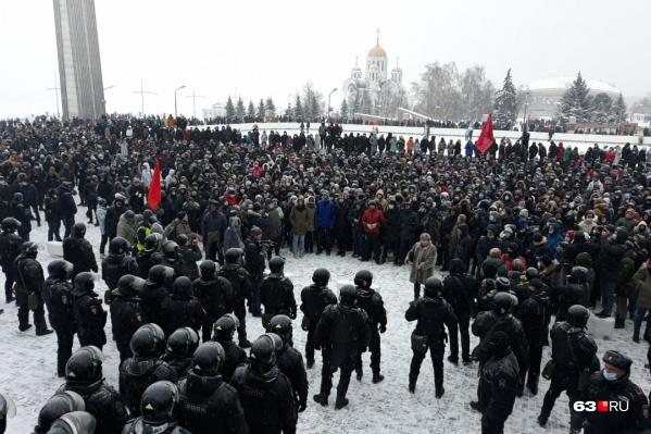 Основным местом акции стала площадь Славы, у самых ступеней областного правительства