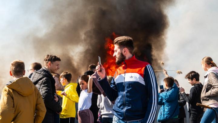 «Это у нас не апокалипсис. Это у нас болото горит»: фоторепортаж с пожара на Левом берегу Омска