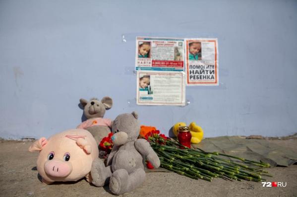 После информации, что нашли тело девочки, около ее дома волонтеры организовали стихийный мемориал