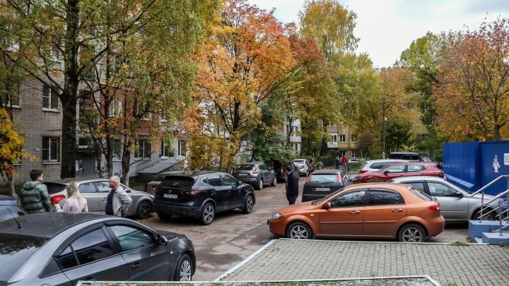Соседство со «Швейцарией». Дворы на улице Медицинской уже заполнили машины гостей парка, но может быть еще хуже