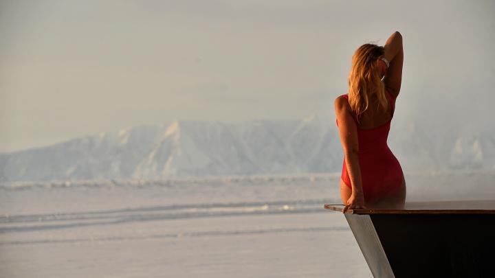 «Поцелуй Байкала», красотки в купальниках и УАЗ во льдах: фоторепортаж с самого глубокого озера в мире