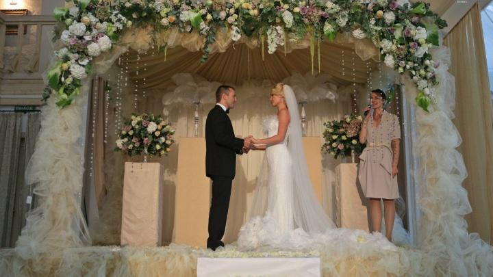 Подобрали три варианта свадьбы — от яркой вечеринки до тихого семейного ужина