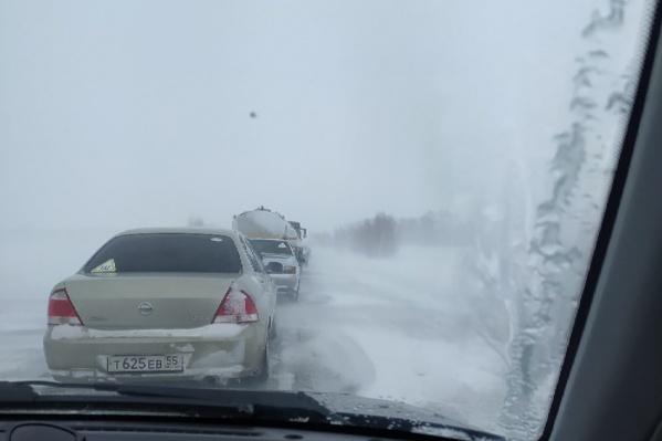 Машины не могут проехать по трассе в Нововаршавском районе