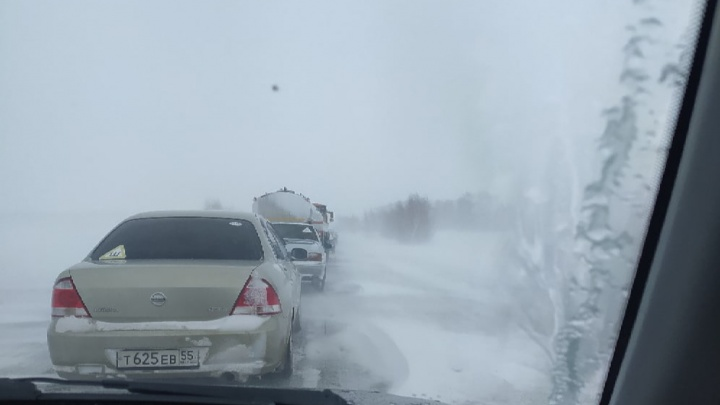 В восьми районах Омской области ограничили движение на трассах из-за непогоды