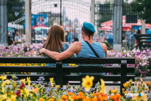 Каждый сам выбирает, с кем отмечать День ВДВ: кто-то проводит время с сослуживцами, кто-то — с девушкой