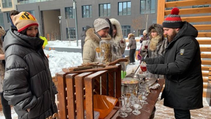 Пишут огромные надписи на льду и дарят цветы: собираем поздравления с 8Марта в режиме онлайн
