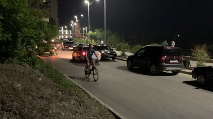 В Кургане после жалоб от горожан запретили ночную парковку на набережной