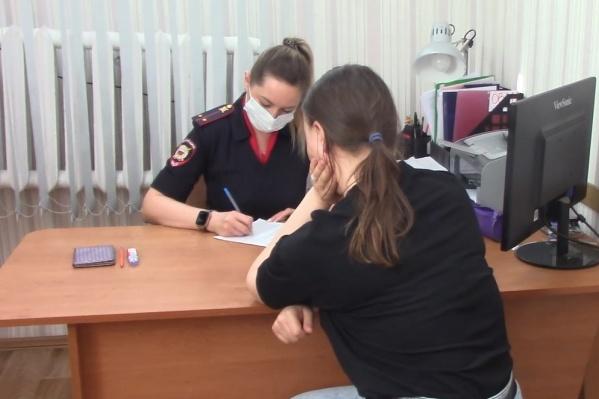 24-летняя омичка была на работе, в магазине одежды на Богдана Хмельницкого, когда ее дочь снимали с окна спасатели