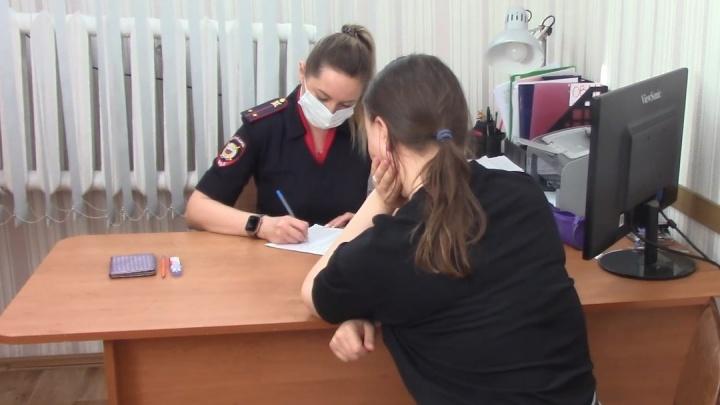 «Кто, кроме меня, может быть в этом виноват»: мать девочки, стоявшей в окне, допросили в полиции