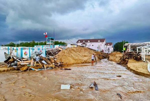 На Кубани снова потоп: дожди затопили дома, трассу перекрыли