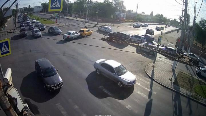 Испугалась, бедная: курьезное ДТП на севере Волгограда попало на видео