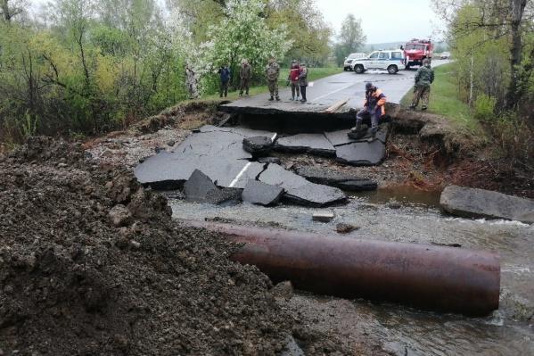 Дорогу Ермаковское — Нижний Суэтук пришлось разобрать, чтобы дать воде пройти