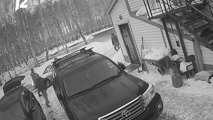 Три раза стрелял холостыми: подробности убийства посетителя охранником в Тюкалинске