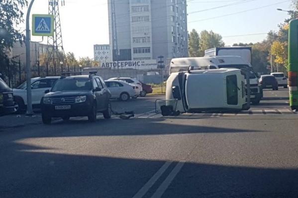 «Нива» перевернулась после столкновения с Renault Duster