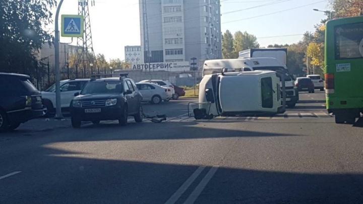 В Челябинске на пешеходном переходе перевернулась «Нива», водителя забрала в больницу скорая