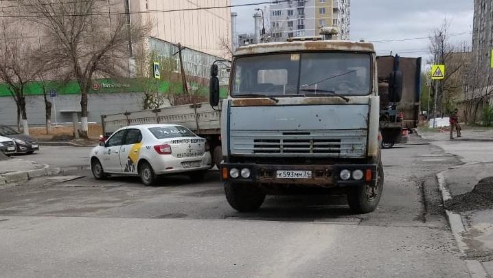 В Волгограде ДТП с большегрузом и такси перекрыло движение на перекрестке