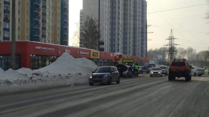 На Одоевского в лобовом столкновении пострадали три человека — одного зажало в салоне