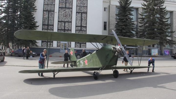 «Летающая парта»: на площади Северодвинска в преддверии Дня Победы появилась копия кукурузника У-2