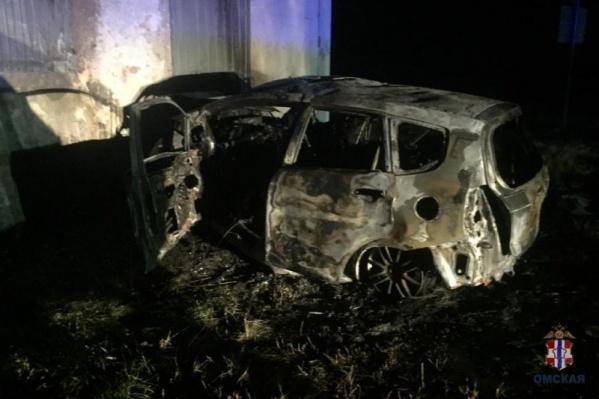 От удара об стену строения капот автомобиля сплющило
