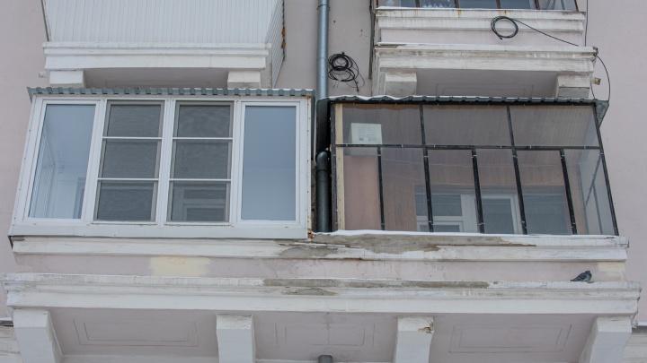 Всё прозрачно? Жителей дома напротив областного правительства через суд заставили убрать остекление балкона