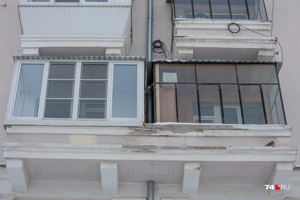 Убрать остекление балкона (на фото справа — черный) потребовали от хозяев квартиры дома в самом центре Челябинска — напротив регионального правительства