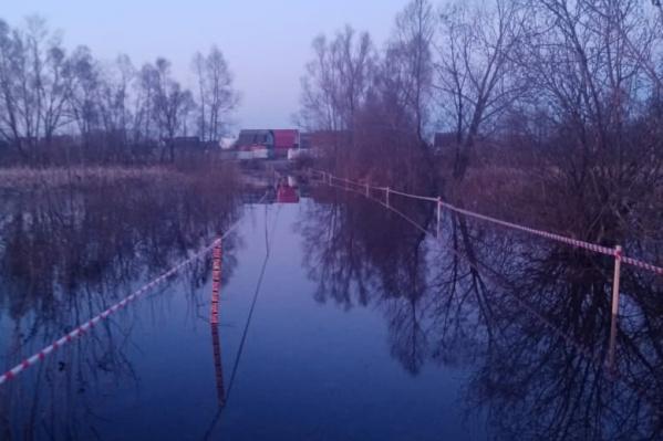 Вода подступила к домам