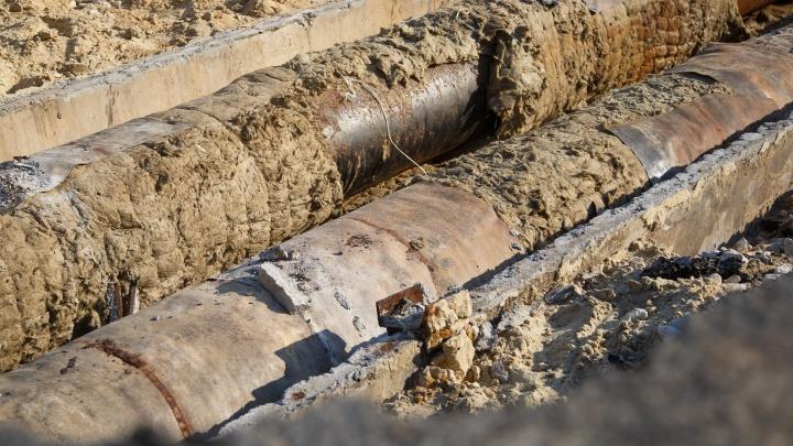 «А в пяти метрах — парк»: волгоградцы пожаловались на разрытый котлован «Концессий теплоснабжения»