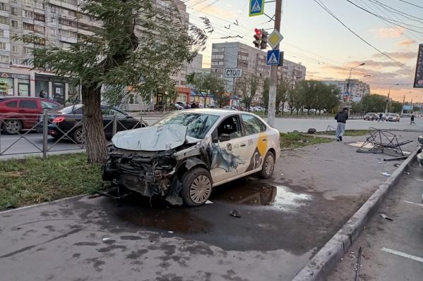 Полицейским еще предстоит выяснить, каким образом водитель вылетел на тротуар