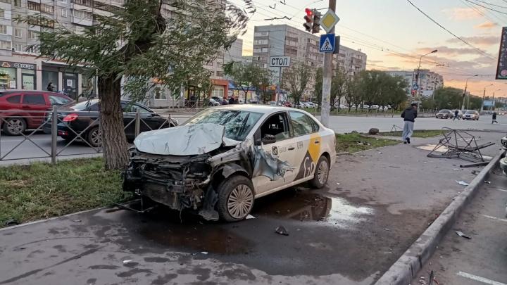 В Омске водитель такси вылетел на тротуар и сбил двоих пешеходов