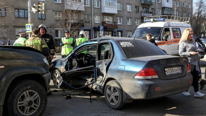«Патриот» протаранил «Мицубиси»: мужчина попал в больницу после ДТП в Дзержинске