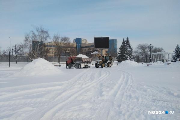 Техника работает на площади у БКЗ с утра 30 января