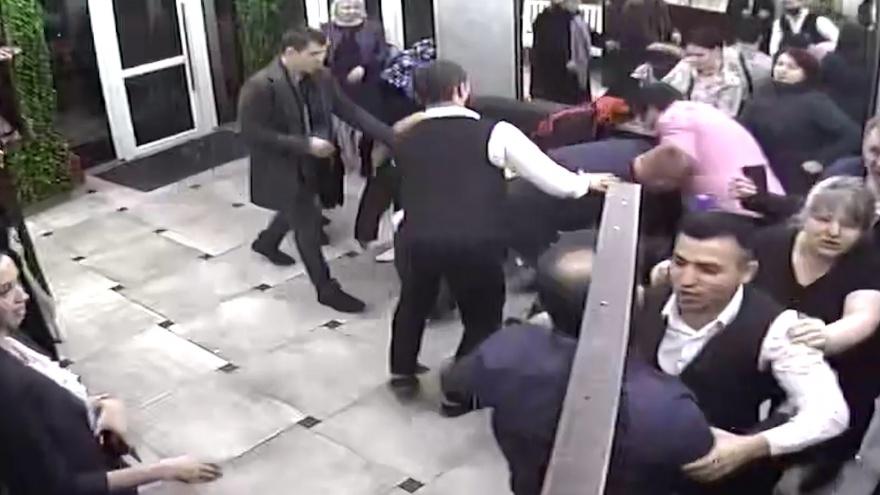 Тюменец умер после драки с ФСБшниками в ресторане. Публикуем видео потасовки