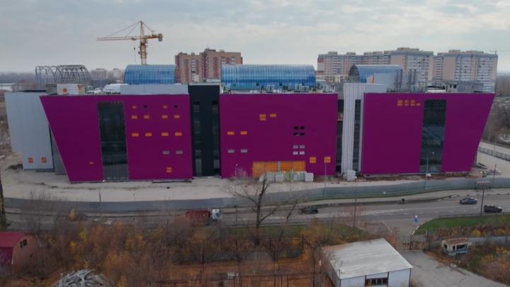«Застроили важный кусок земли»: новый торговый центр в Волгаре сняли с воздуха