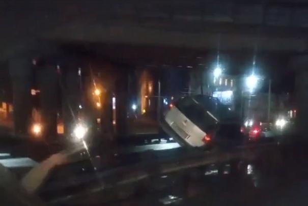 Повис на отбойнике: в Ярославле на Московском проспекте произошло ДТП