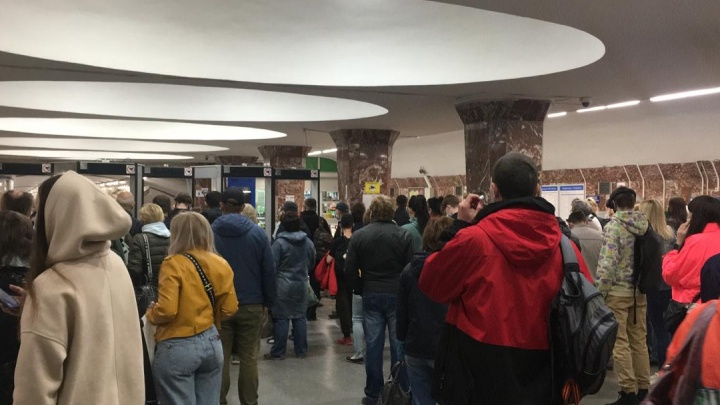 «Мужчина упал на пути»: на станцию метро «Площадь Маркса» не пускали пассажиров