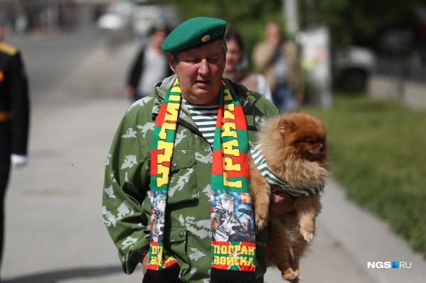 Новосибирские пограничники отмечают сегодня свой праздник. На празднование они берут с собой даже питомцев